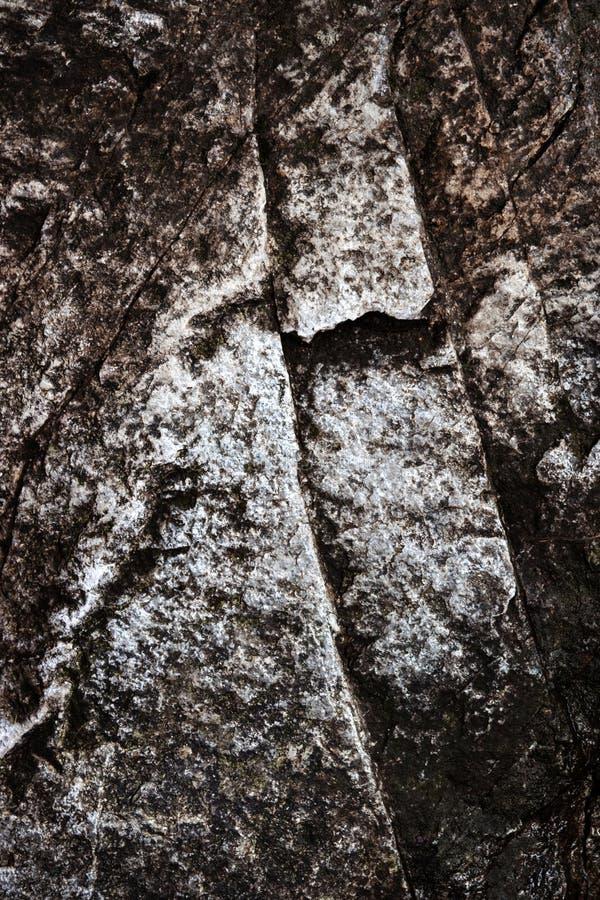 Blocchetto scuro del granito con una crepa immagine stock libera da diritti