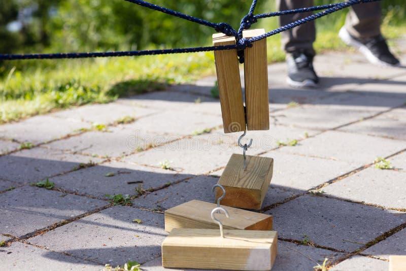 Blocchi di legno che sono di sollevamento dalle corde immagine stock libera da diritti