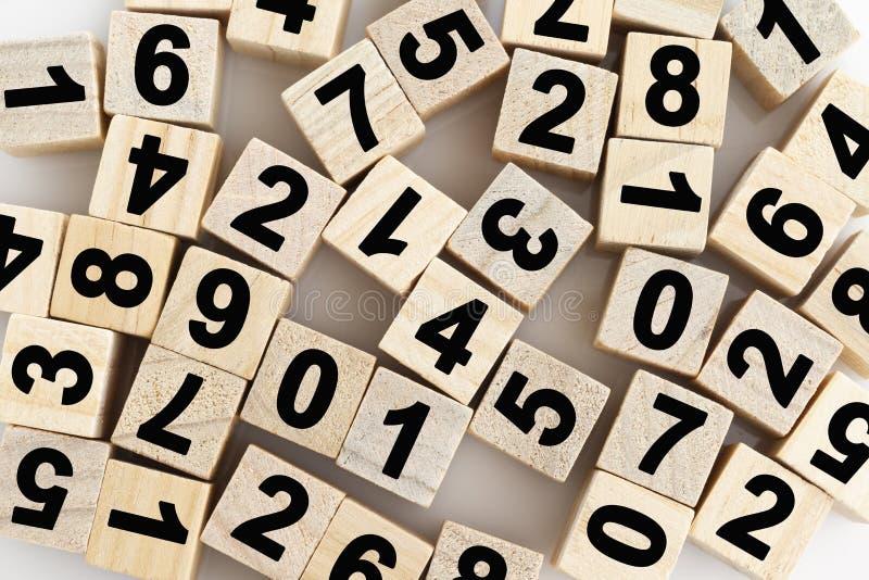 Blocchi di legno con i numeri su fondo bianco immagine stock