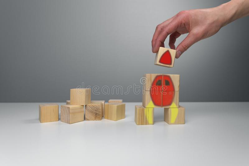 Blocchi di legno con l'illustrazione del razzo Inizi sul concetto di successo del lancio di affari immagini stock