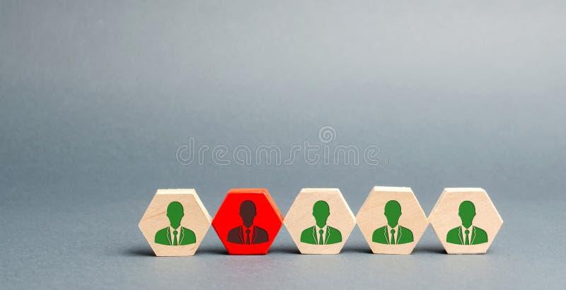 Blocchi di legno con l'immagine dei lavoratori Il concetto della direzione del personale nella societ? Allontanamento impiegati d immagini stock libere da diritti