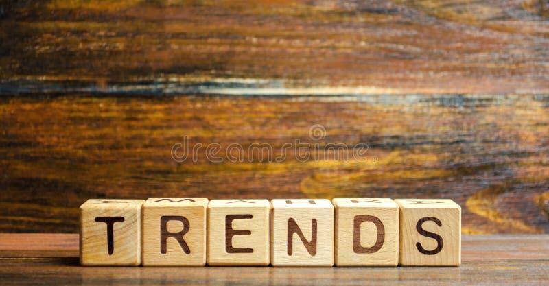 Blocchi di legno con le tendenze di parola Tendenza principale di cambiamento del qualcosa Argomenti popolari e pertinenti Nuove  fotografia stock libera da diritti