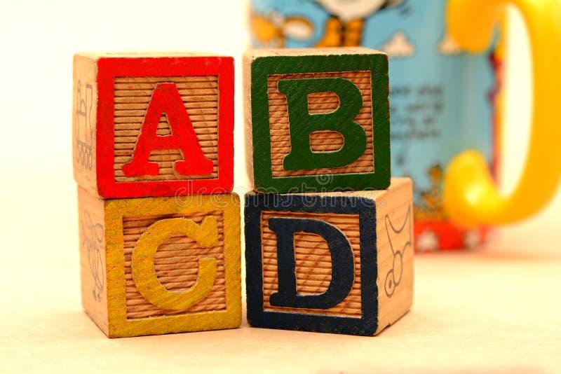 Blocchi di parole di ABCD - concetto di istruzione scolastica immagine stock