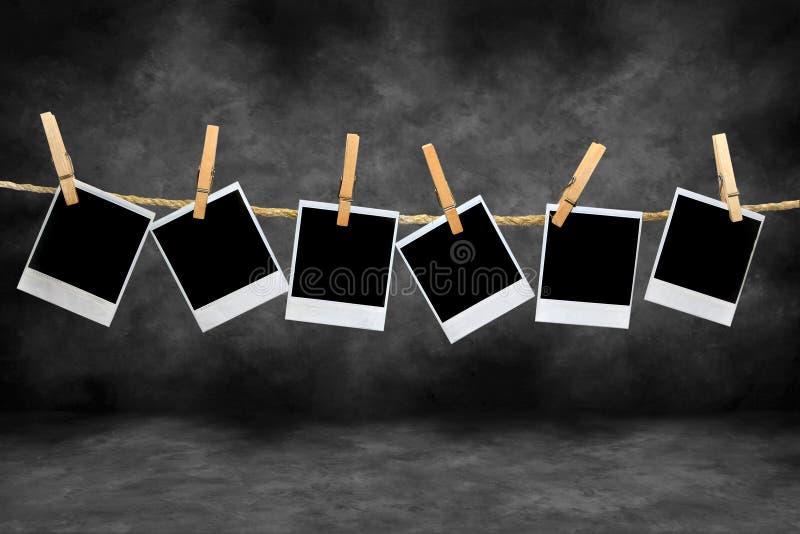 Blocchi per grafici del Polaroid dell'annata in una camera oscura immagini stock