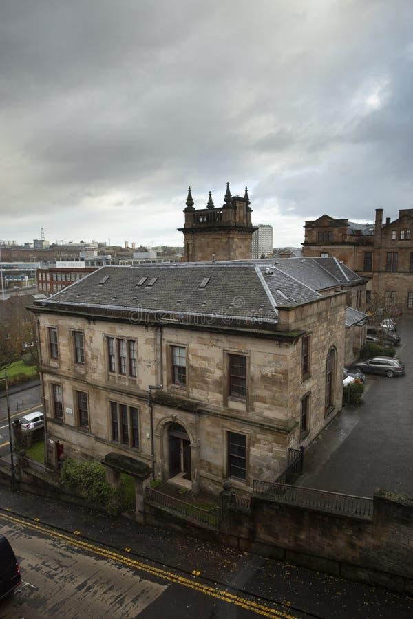 Blocco d'abitazione inglese tipico al di sotto del cielo nuvoloso a Glasgow, Scozia immagini stock