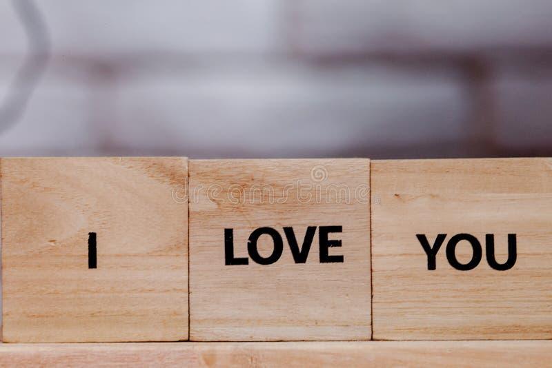 Blocco di legno con descrizione: Ti amo su fondo bianco, copia spazio immagini stock libere da diritti