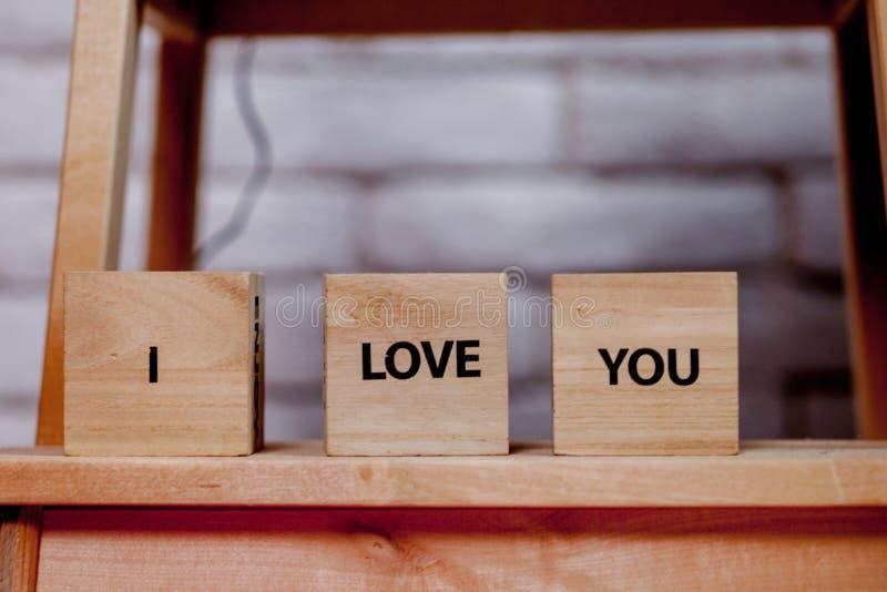 Blocco di legno con descrizione: Ti amo su fondo bianco, copia spazio fotografia stock libera da diritti