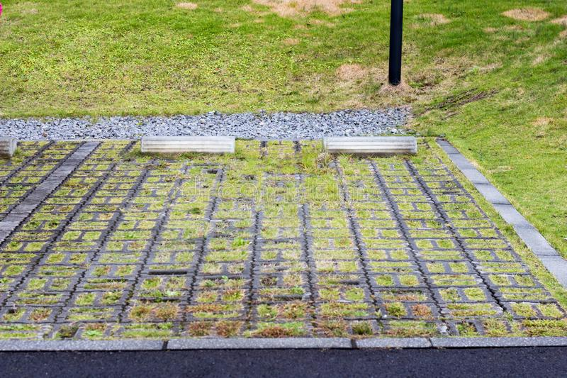 Blocco di parcheggio di calcestruzzo sull'iarda del prato inglese fotografie stock libere da diritti
