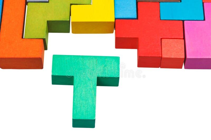 blocco a forma di t e puzzle di legno immagini stock