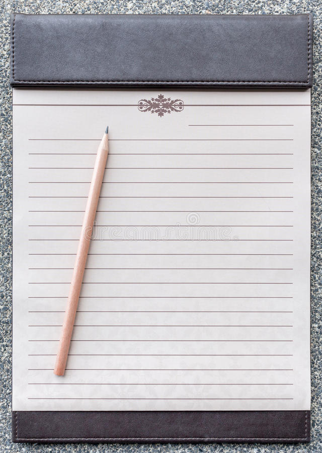 Blocco note in bianco con la matita sulla lavagna per appunti marrone fotografie stock