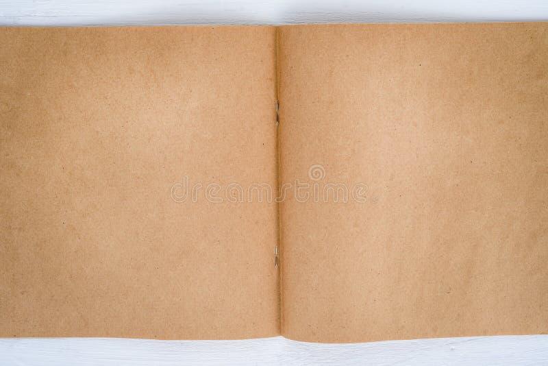 Blocco note in bianco di carta kraft su fondo bianco immagini stock