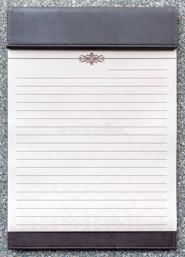 Blocco note in bianco sulla lavagna per appunti marrone immagine stock libera da diritti