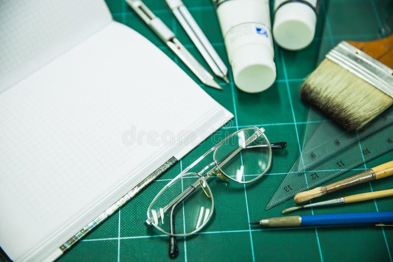 Blocco note con gli oggetti stazionari per materiale illustrativo fotografie stock