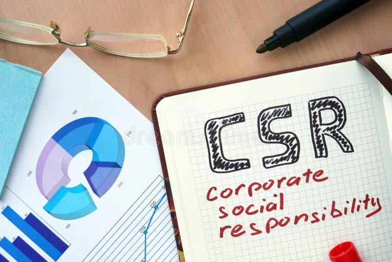 Blocco note con il concetto di responsabilità sociale dell'impresa di parola CSR fotografia stock libera da diritti