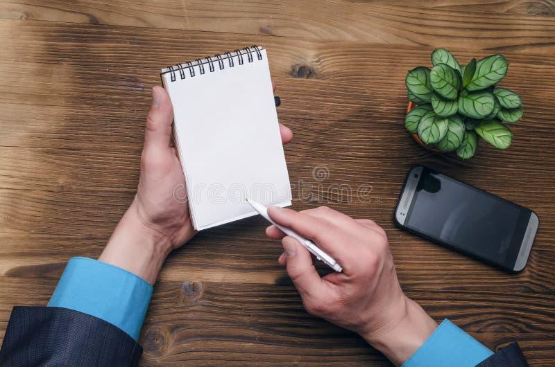 Blocco note con lo schermo in bianco in mani dell'uomo d'affari Concetto di idee di affari fotografia stock