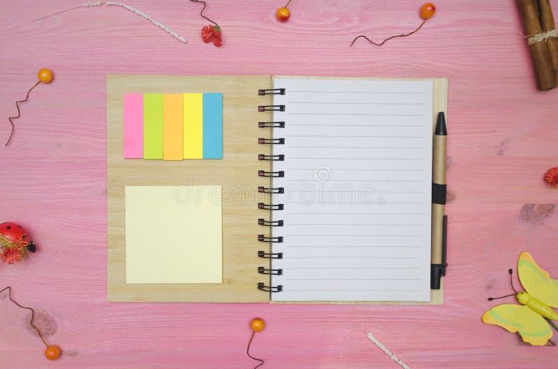 Blocco note della pagina della carta in bianco per fare le punte della lista fotografie stock libere da diritti