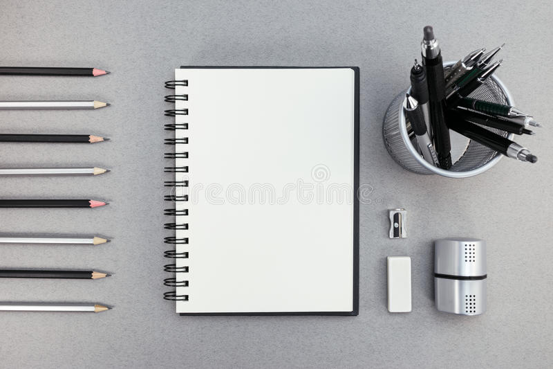 Blocco note e articoli per ufficio in bianco su fondo di carta riciclato immagini stock