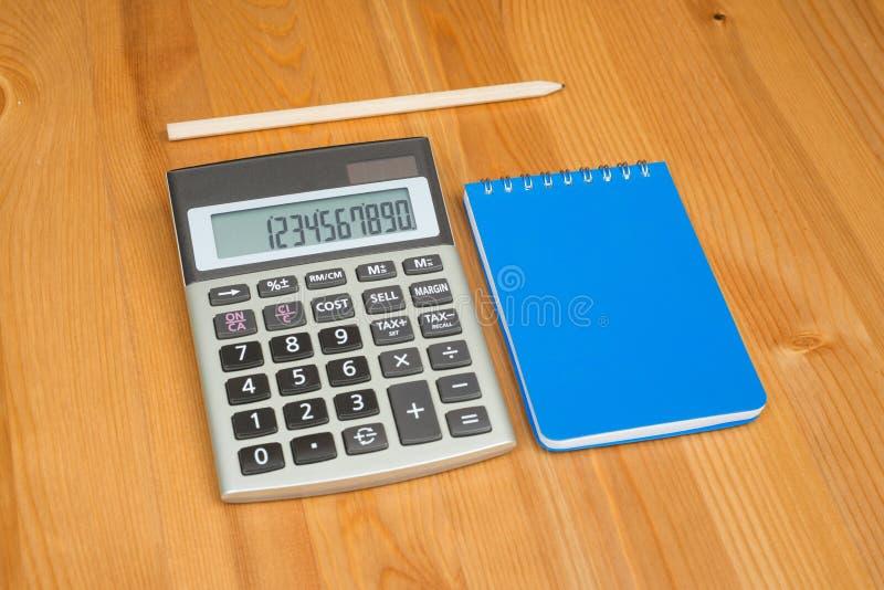 Blocco note, matita e calcolatore immagine stock libera da diritti