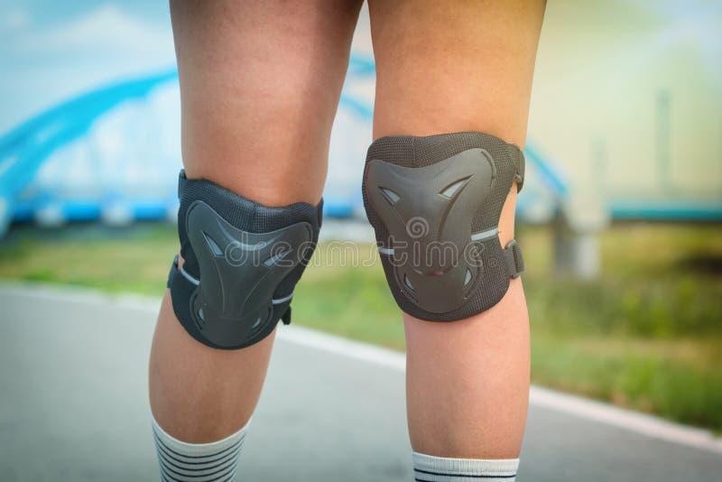 Block för beskyddande för knä för kvinnarollerskater bärande arkivfoton