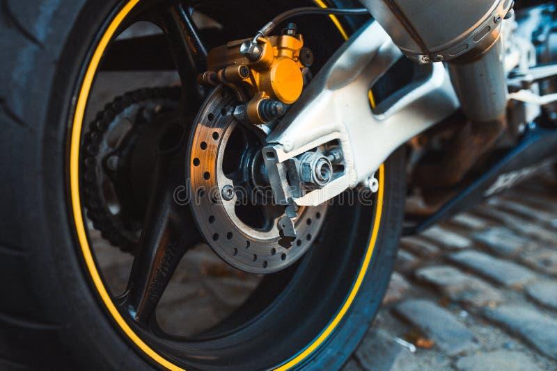 Block för broms för stål för Closeupendurometall rusar skinande av Fast den extrema cykeln för mopedmotorcykeln påsigt, rimfrosta royaltyfria bilder