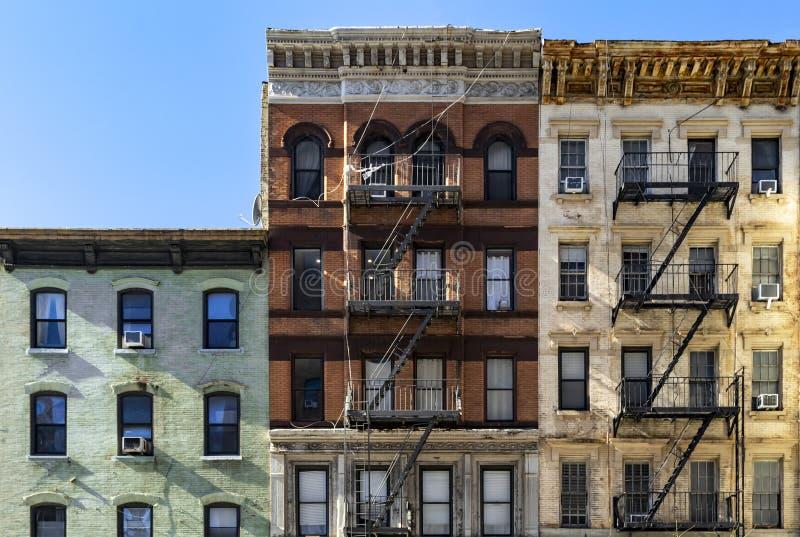 Block von bunten Altbauten mit klarem Hintergrund des blauen Himmels im Upper East Side von Manhattan New York City stockbilder