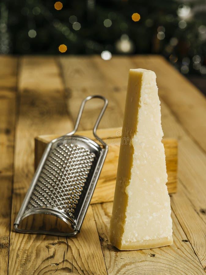 Block von Parmesan-Käse und Rater lizenzfreies stockbild