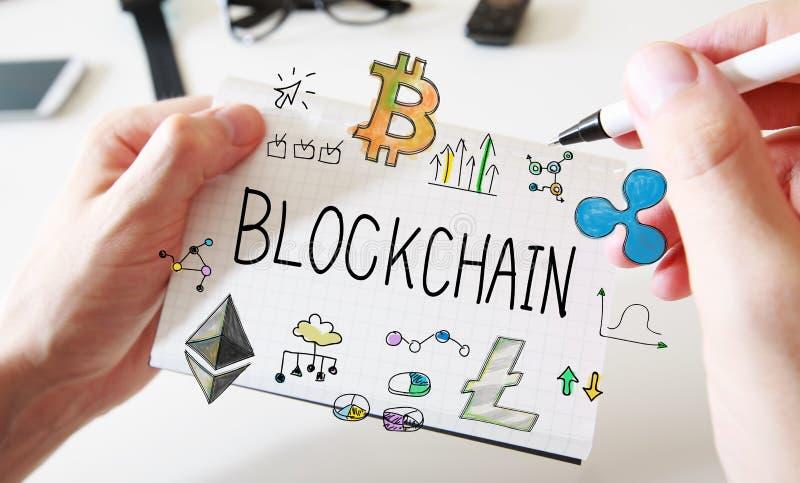 Blockchain avec homme les mains et le carnet photographie stock libre de droits