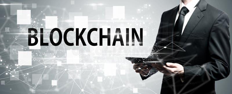 Blockchain avec l'homme tenant la tablette illustration de vecteur