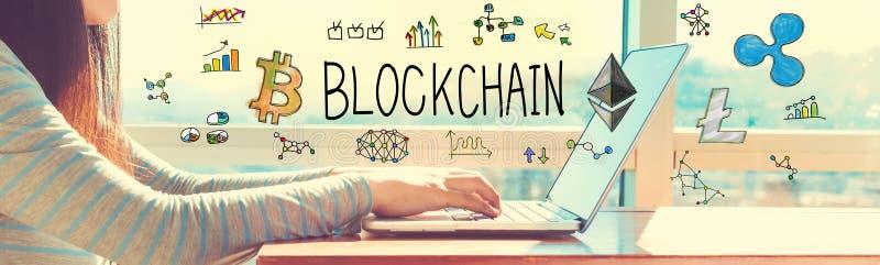Blockchain med kvinnan som arbetar på en bärbar dator royaltyfria bilder