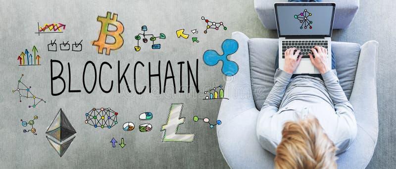Blockchain med mannen som använder en bärbar dator arkivbild