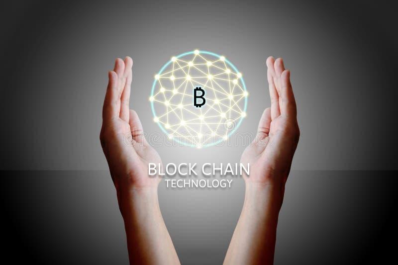 Blockchain-Technologiekonzept, Frau, die virtuelles System diag hält lizenzfreie stockbilder