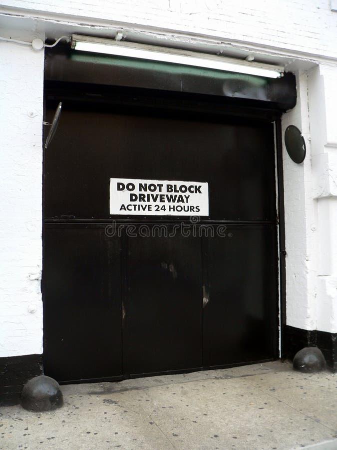 Blocken Sie nicht FahrstraßeActive 24 Stunden -- Generische Tür und aktive Fahrstraße stockbilder