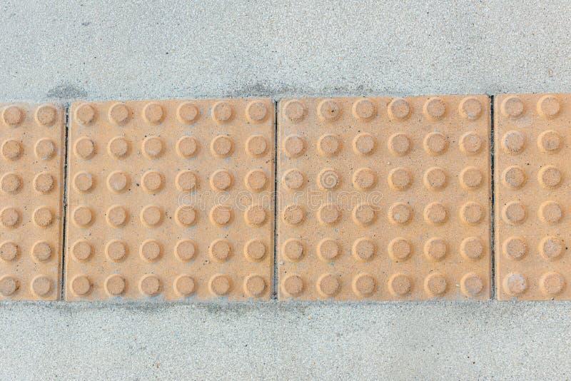 Blockera taktil- och ljusbågar för blinda handikapp Taktilskydd för blinda handikapp på plattor, gångbana för blinda personer fotografering för bildbyråer
