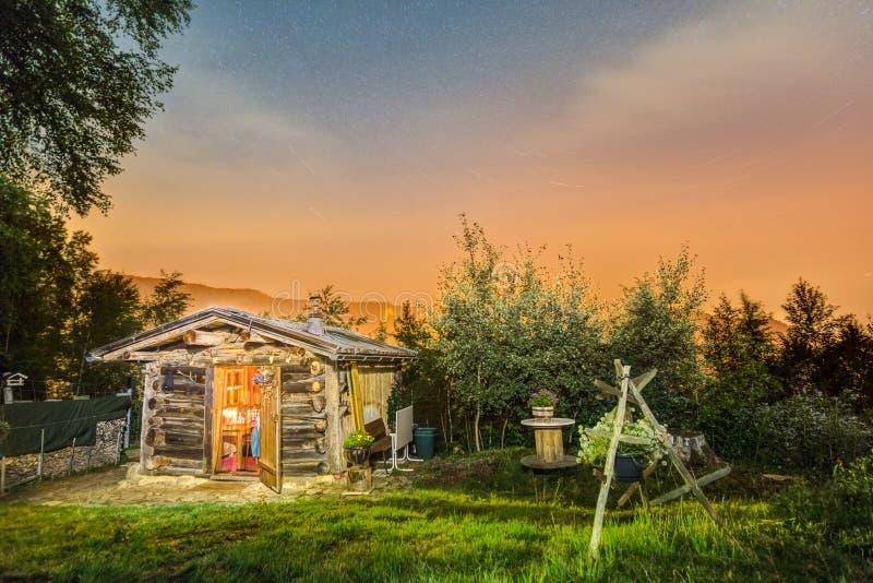 Blockhaus nachts Schöne Gebirgshütte mit sternenklarem Himmel lizenzfreies stockfoto