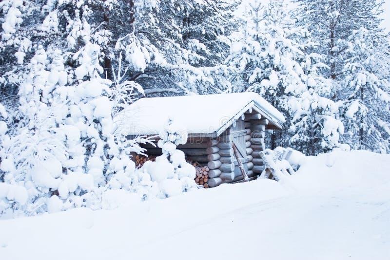 Blockhouse de madeira pequeno sob a neve fotos de stock