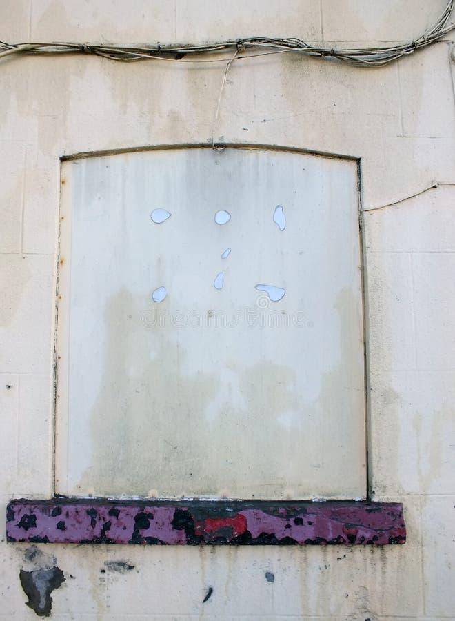 Blockiert herauf weißes Fenster auf altem verlassenem Gebäude stockbilder