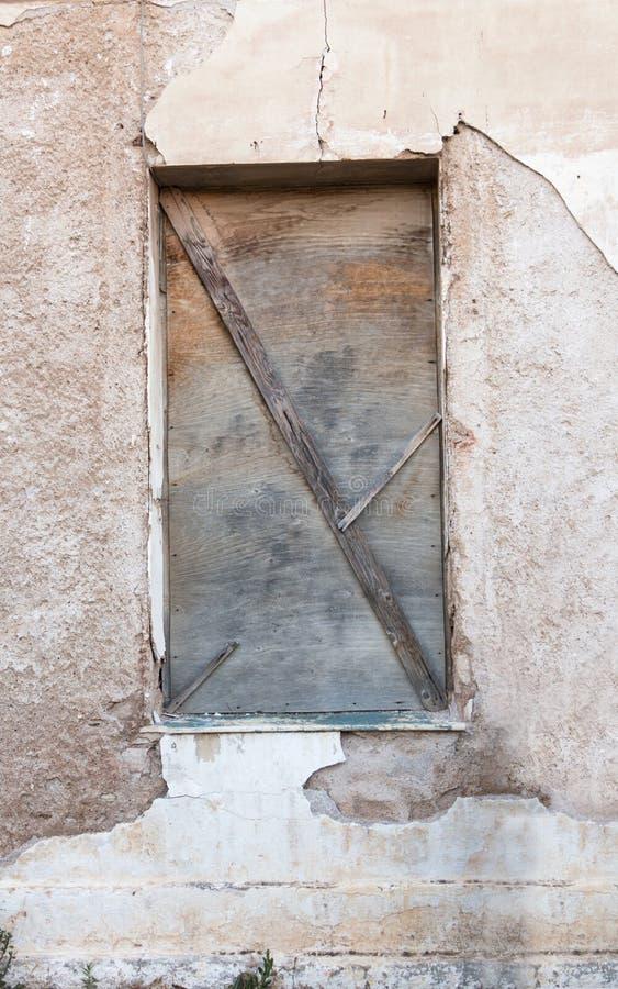Blockiertes Fenster auf Schmutz verwitterte Wand stockbild