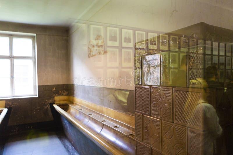 Blockinnenraum, der einen Waschenraum mit einem Ofen hatte stockfotos