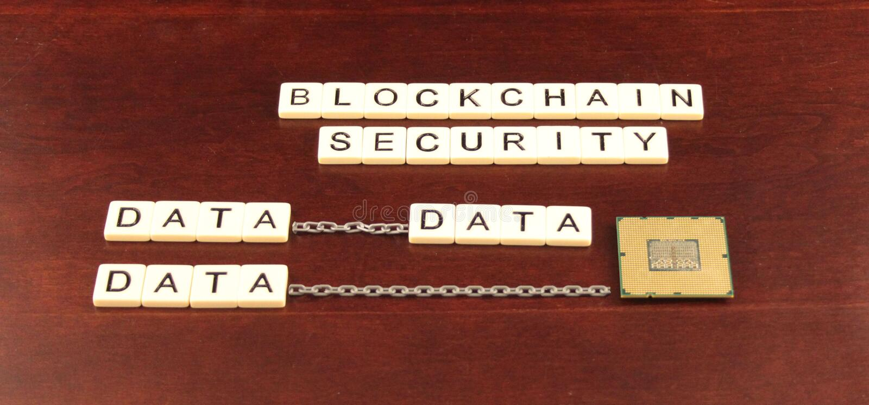 Blockkettensicherheit buchstabierte heraus in den Fliesen auf einem Kirschhölzernen Hintergrund mit Daten und einem Prozessorbaus lizenzfreie stockbilder