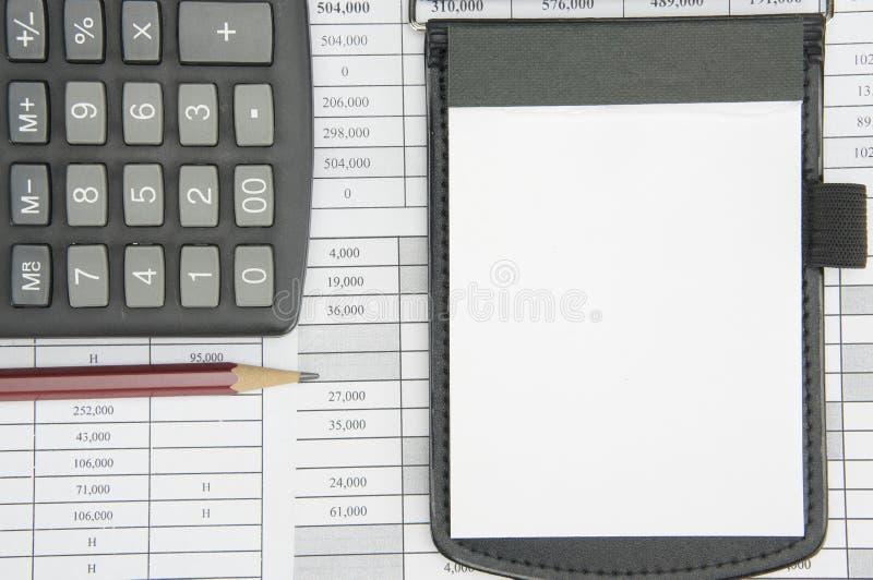 Blocnote en bruin potlood met calculator voor financiënrekening stock fotografie