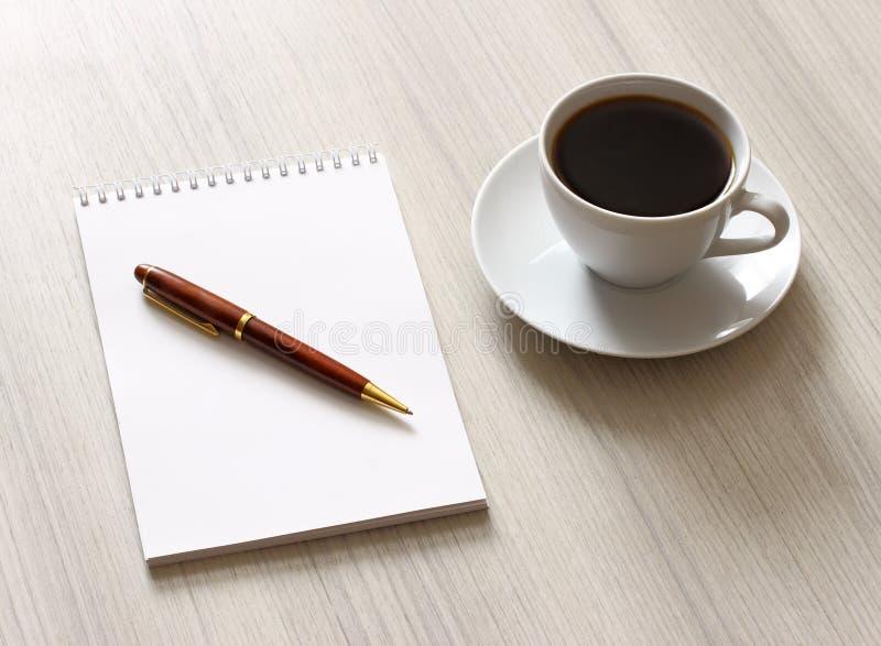Blocnote en pen royalty-vrije stock afbeelding