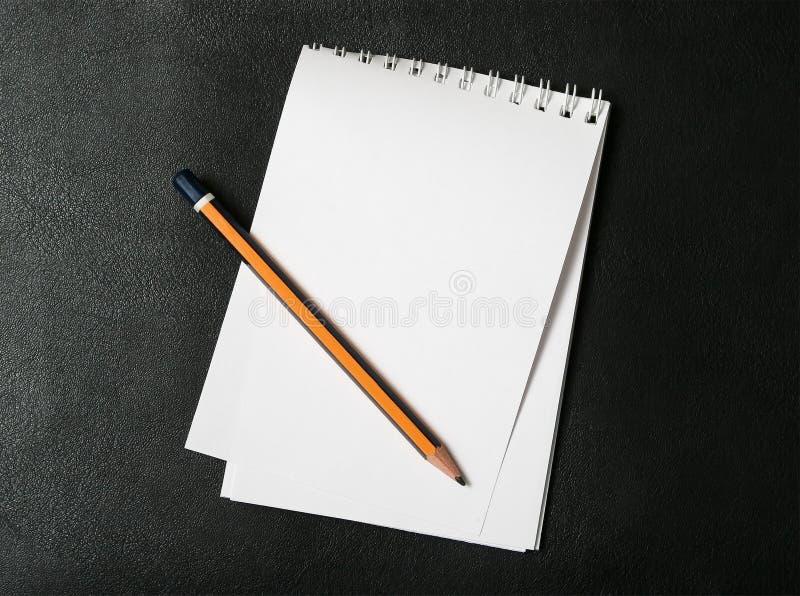Blocnote en potlood stock afbeelding