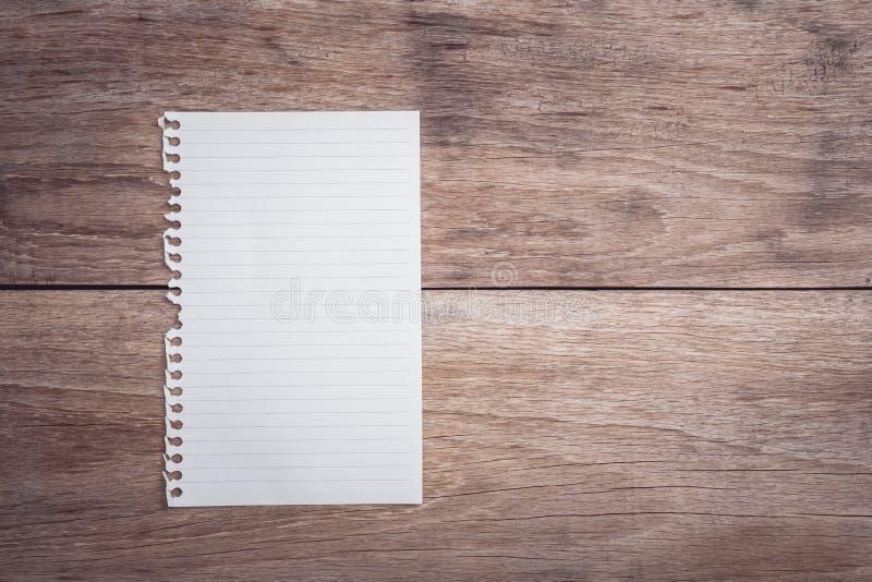 Blocnote/gevoerd document op de houten mening van de lijstbovenkant royalty-vrije stock foto's