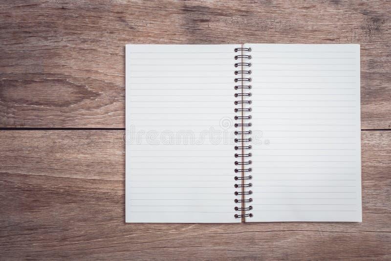 Blocnote/gevoerd document op de houten mening van de lijstbovenkant stock foto