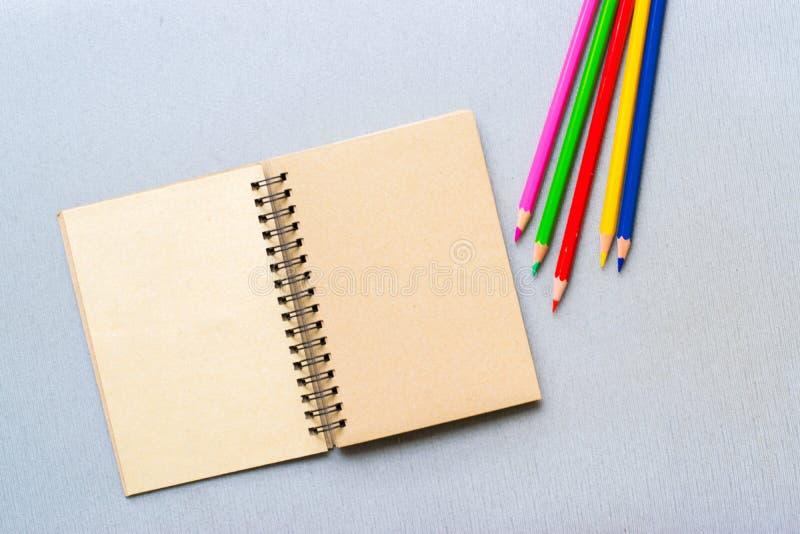 Blocnote met potlood op houten raadsachtergrond het gebruiken van behang of achtergrond voor onderwijs, bedrijfsfoto Neem nota va royalty-vrije stock foto's