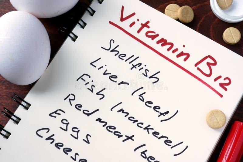 Blocnote met vitamine b12 en pillen stock foto