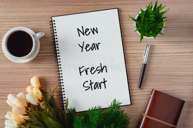 Blocnote met wenslijst en koffiekop Nieuw jaarhoop en resolutieconcept stock afbeeldingen