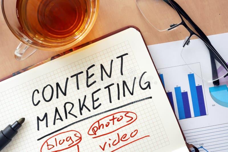 Blocnote met woordinhoud marketing concept stock foto