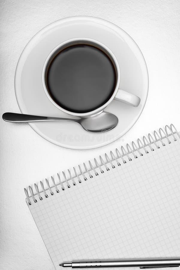Blocnote, pen en kop van koffie stock fotografie