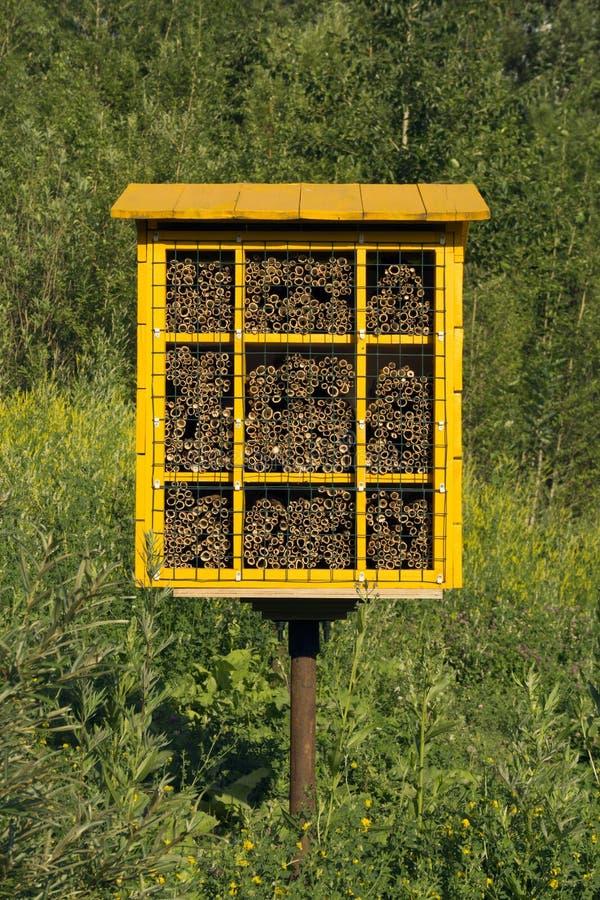 Bloco caseiro do ninho para abelhas de pedreiro para a polinização das plantas imagem de stock royalty free